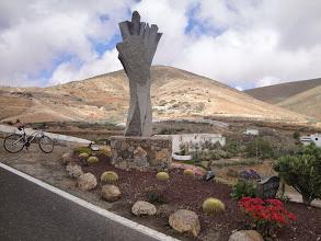 """Photo: """"Zdjęcie zrobione w marcu br na wyspie Fuertaventura na Wyspach kanaryjskich, w pierwszej stolicy wyspy - Betancurii. Wypożyczony na 3 dni rower (najlepiej zainwestowane 30 euro na wakacjach!) jest w cieniu najważniejszego zabytku miasta - Iglesia de Santa Maria. Kościół, założony przez Jeana de Béthencourta, w trakcie słynnego najazdu piratów, pod wodzą Jabána Arráeza w roku 1593, został doszczętnie zniszczony. Świątynię odbudowano dopiero w początkach XVII wieku. Kościół uchodzi za jeden z niewielu zachowanych zabytków pochodzących z okresu późnego renesansu na Kanarach. """"- Ewa"""