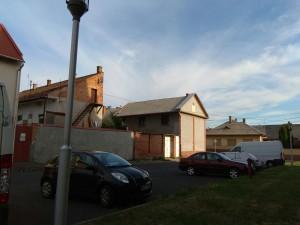 """בית ככל הבתים, רק כשמתקרבים מזהים את הפסוק שמעטר את הבניין """"במקבלים אברך י-ה"""""""