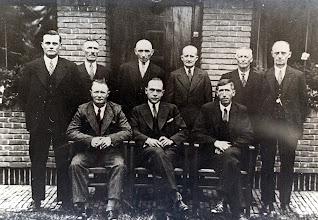 Photo: bestuur zuivelfabriek v.l.n.r. zittende Willem Homan, direkteur IJbema en Klaas Torenbos. Staande: Willem Buiter, Willem Sijbring, Jan Wilkens, Henderikus Schuiling, Egbert Kuik en Hendrik Wilms.