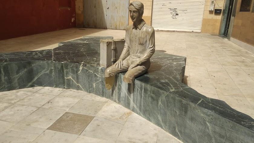 La estatua del emigrante vuelve a ser víctima de los actos vandálicos.