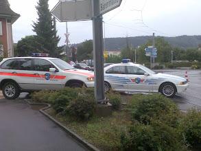 Photo: Die Fahrzeuge der Kantonspolizei halfen in erster Instanz bei der Sperrung der Strasse.