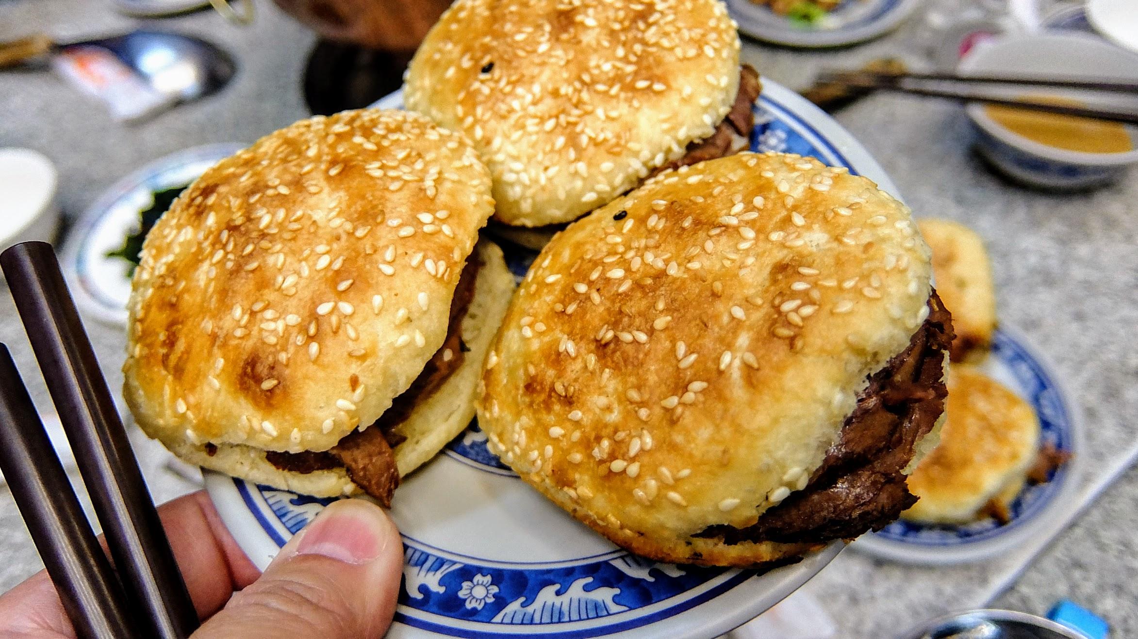醬肉燒餅,外皮酥脆,裡頭則是夾著牛肉或豬肉