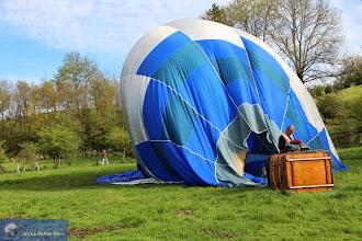 Photo: Montgolfière après atterrissage. Photo Aude Goarin. Hot-air balloon after landing.