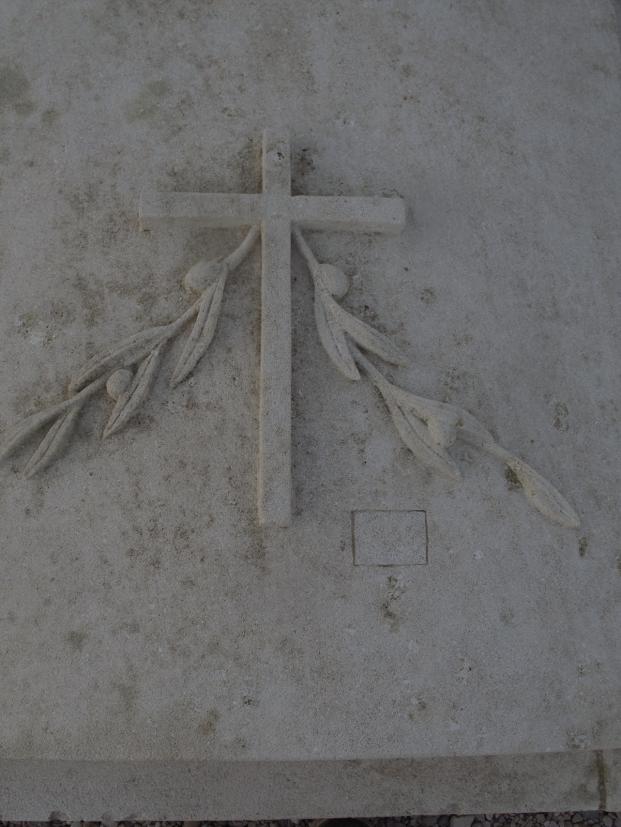 ornement sur pierre tombale en pierre d'Estaillade