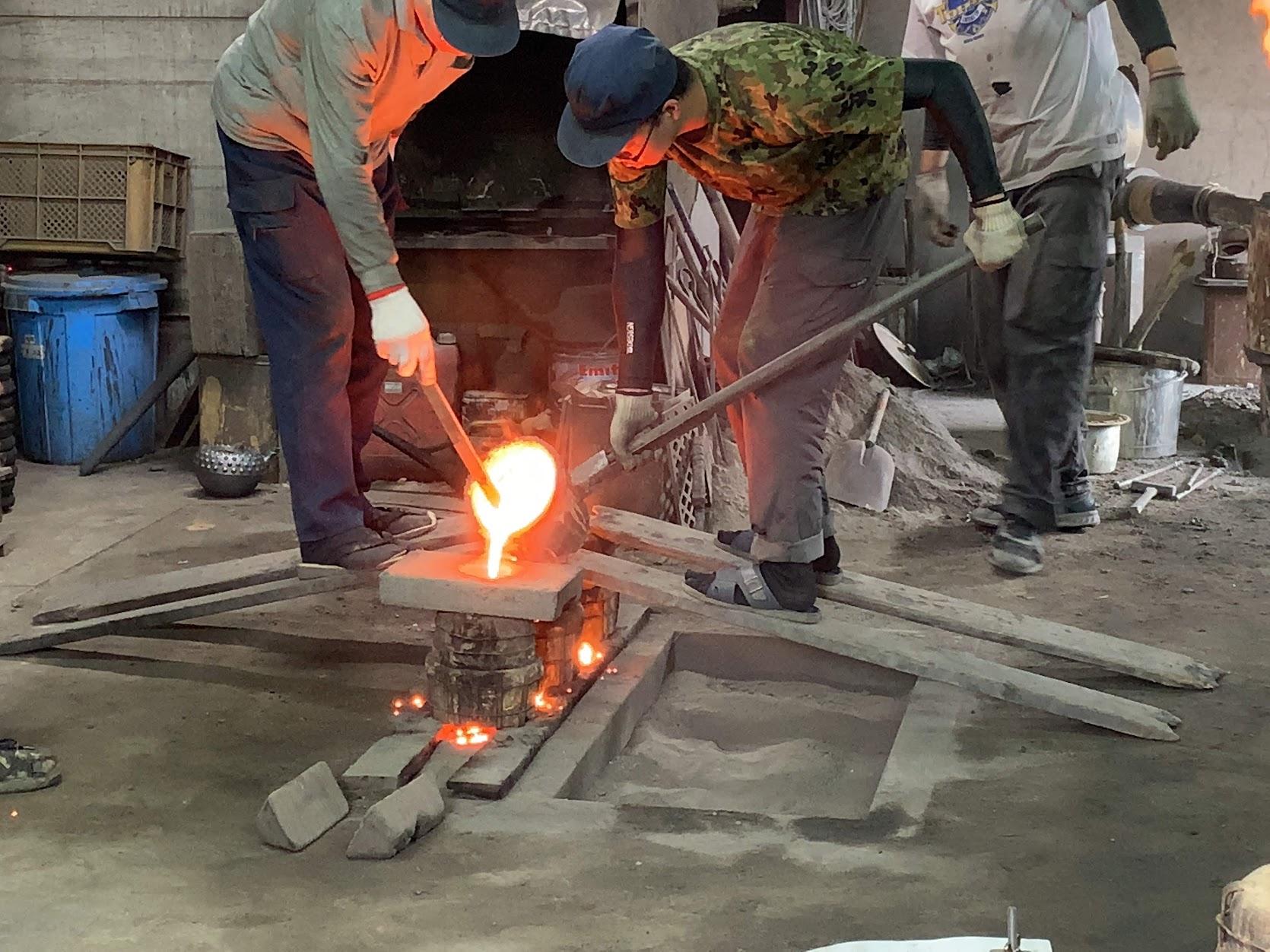 高熱の鉄を型に流し込んでいます