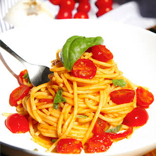TRADITIONAL CHERRY TOMATOES SPAGHETTI with garlic and basil.