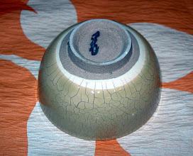 写真: 化粧カイラギぐい呑:高台 琉球大田焼窯元:平良幸春  掲載作品のお問い合わせは ℡/FAX 098-973-6100でお願致します。