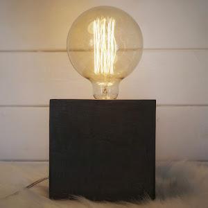 lampe béton coulur anthracite forme cube avec ampoule à filament style Edison par la créatrice d'objets déco en béton Junny