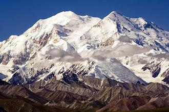 Photo: 1 DZIEŃ - POCZĄTEK WYPRAWY NA LODOWIEC  Rozpoczyna się nasza wyprawa na najwyższy szczyt kolejnego kontynentu. W tym roku zamierzamy, szósty rok z rzędu, zdobyć szóstą górę z korony ziemi czyli Denali na Alasce. Jest to jeden z najtrudniejszych szczytów z korony ziemi. Niektórzy uważają, że nawet trudniejszy od Everestu za względu na bardzo niskie temperatury spowodowane silnymi mroźnymi wiatrami z Arktyki dochodzącymi do -50 stopni Celsjusza. Denali jest nazywane najzimniejszą górą na planecie. Po raz kolejny decydujemy się na wyprawę bez pomocy lokalnych przewodników i organizujemy wszystko na własną rękę.