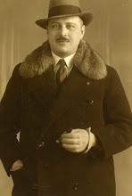 """Photo: Willem Frederik Keppel Hesselink, die is geboren op 24 februari 1893 in Arnhem. Hij zou bekend worden onder de artiestennaam 'Mr. Max', aanvankelijk 'Max Keppel'. Al op de middelbare school tekende hij karikaturen: """"Ik ruilde spotprenten van onderwijzers voor toverballen"""". Hij bezocht de schilder- en tekenklasse op de Koninklijke Academie voor Beeldende Kunsten in Den Haag. In een vroeger atelier van Breitner in de Haarlemmerhouttuinen in Amsterdam nam hij zijn intrek. Vele artiesten, waaronder de silhouettist Baselowsky, kwamen daar op bezoek en raadden hem aan op te treden als karikaturist. Een debuut volgde in het Amsterdamse Grand Theater bij Lion van Lier. Zijn eerste grote optreden was in Tuschinski. Op vele podia in Nederland, België, Frankrijk, Italië, Duitsland, Zwitserland en Hongarije heeft hij in een periode van bijna 50 jaar gewerkt als karikaturist en sneltekenaar. Hij werd internationaal geroemd om zijn goedmoedige spot, hij werd nooit gemeen."""