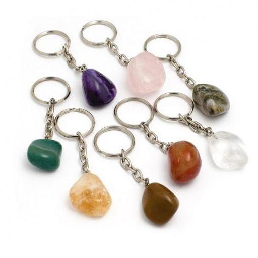 Nyckelring med trumlad ametist, aventurin, bergkristall, rosenkvarts m.fl.