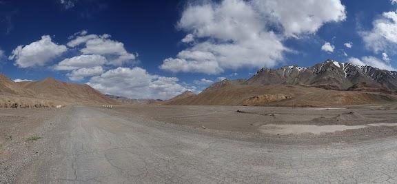 4350 m: Uns bläst uns ein starker Wind ins Gesicht.