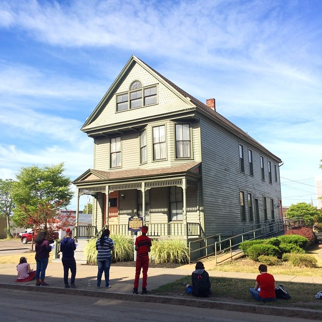 Students stand in front of the Nash House. Photo: danasaylor.