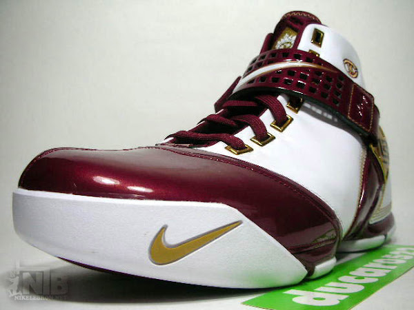 Detailed look at the Nike Zoom LeBron 5 CTK Home PE