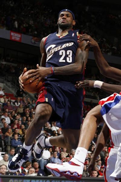 NIKE LEBRON – LeBron James Shoes » 2007-08 NBA Season: CLE at DET. LeBron leaves with injury.