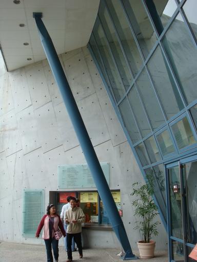 入口處二樓傾斜玻璃