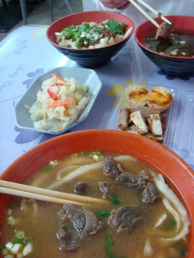 羊肉麵(近)、炸醬麵與牛肉湯(遠)