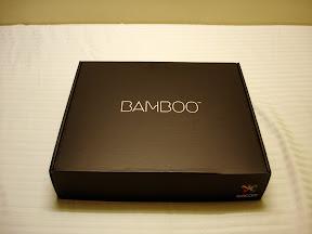 """Wacom Bamboo Fun 内包装,黑色的纸盒上写着""""Bamboo"""""""