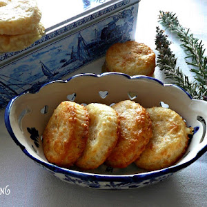 Cheese Crackers with a Touch of Rosemary