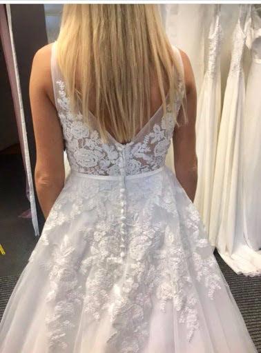 Brudklänning i detaljrik spets och tyllkjol
