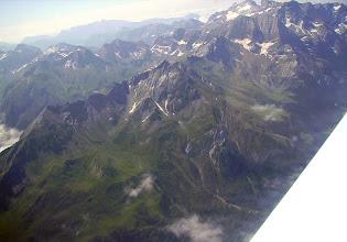 """Photo: Vision aérienne sur les versants Nord et Ouest des crêtes du Piméné 2801m, sommet """"belvédére"""" sur les cirques de Gavarnie et d'Estaubé."""