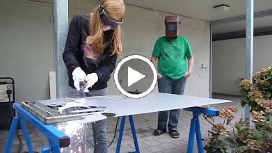 """Video: 1mm Alublech wird hier mit einem kindgerechten """"little plasma"""" nach Einführung durch den Künstler aktiviert, dabei überwinden die Schüler ihre Angst und je nach Fertigkeit schaffen sie es ihre Entwürfe selbst auszuschneiden und oft war totale Begeisterung über diesen Schritt erlebbar."""