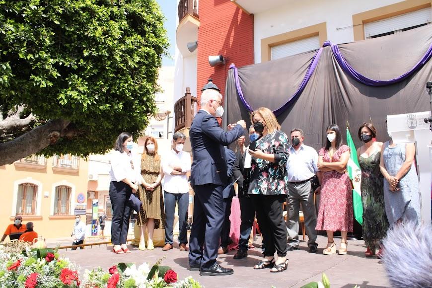 El alcalde impone la Medalla a la concejala.