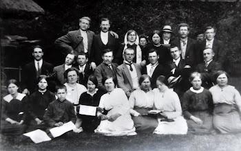 Photo: Liepgirių pradžios mokyklos pirmoji laida. 1920 m. mokykla buvo įkurta Juozo Dobilo sodyboje Pakutuvėnų k. Pirmoje eilėje iš kairės į dešinę sėdi Juozo Dobilo vaikai: Marcelė, Liudvika ir Juozas, ketvirta - mokytoja Bronė Valančiūtė, toliau - Marcelė Jasinskaitė, seserys Samoškaitės iš Liepgirių k. Antroje eilėje antras iš kairės - Jonas Knieta, Brazdeikis, Kazimieras ir Justinas Stropai, Brazdeikis, Steponavičius ir Vladas Stropus. 1920 m. Aleksandravo mokyklos archyvo nuotrauka