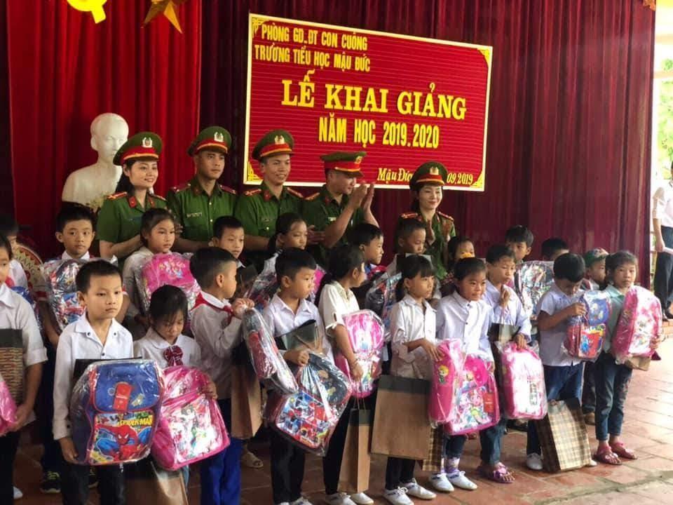 Trao quà cho các em học sinh có hoàn cảnh khó khăn tại trường Tiểu học Mậu Đức, huyện Con Cuông