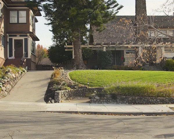 Street View-Auto für Google Maps mit Luftsensor auf dem Dach auf einer Straße in einem städtischen Außenbezirk