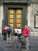 Photo: 25e Dag, zondag 9 augustus 2009 Florance (rustdag) Temp. maximum: 37 graden, Wind: Bfr, Windrichting: Weerbeeld: warm, zonnig Dag afstand: 15,5 km Tijd: 2:00:38 uur, Gemiddelde: 7,7 km Totaal gereden: 1809 km De bronzen deur.