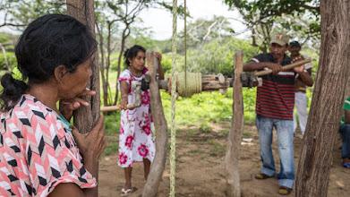 Photo: Sacando el agua del viejo pozo - comunidad de Jawapiakat - Maicao
