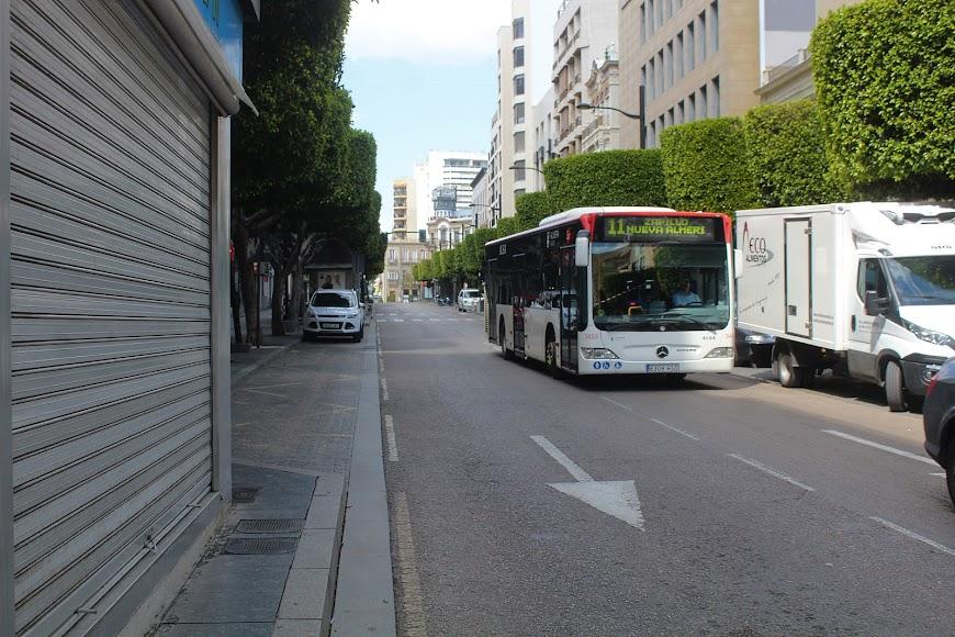 Autobús urbano circulando por el Paseo de Almería.