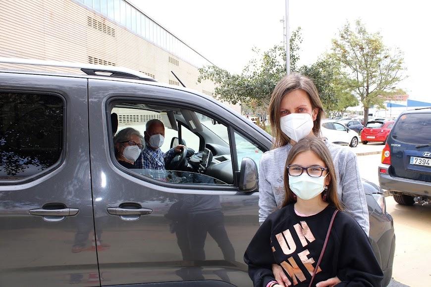 María Cano y su hija, Lucía, fueron testigos de la vacunación de sus padres.