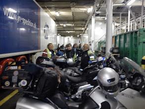 Photo: Alltid lite knöligt att få in motorcykeln på båten, och framför allt grubblerier över hur man ska binda så de inte välter.