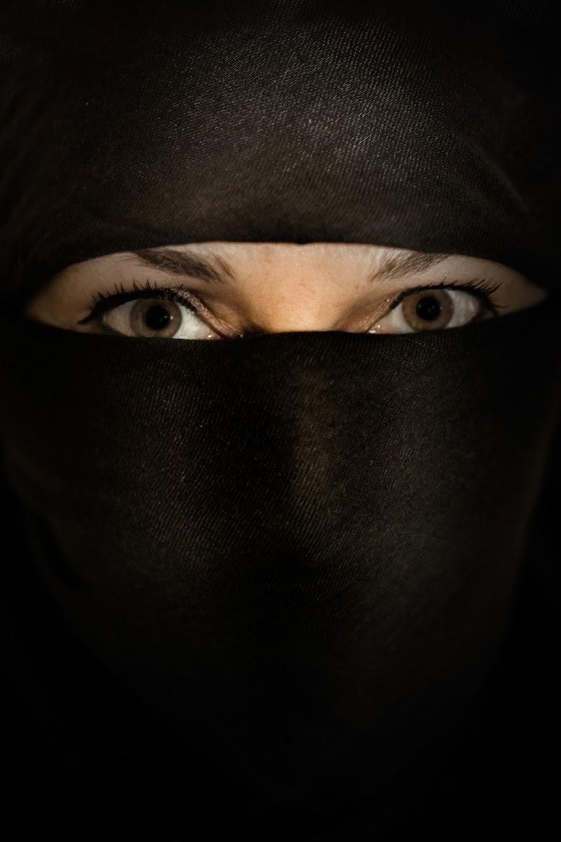 Nascosta dal burqa, ma non a tutti di NickAdami