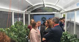 Carmen Crespo junto a otros representantes en el invernadero tecnológico.