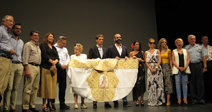 El galardonado con el Alcalde así como los consejeros y parlamentarios andaluces de Almería.