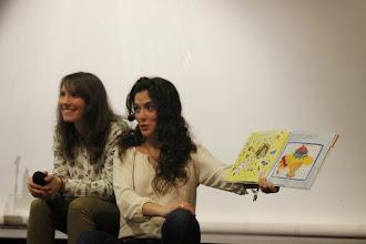"""Photo: Clara y Almudena contado el cuento """"Así es la Vida"""""""