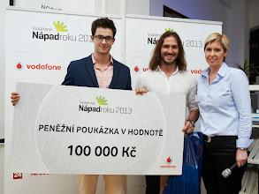 Photo: Ladislav Eberl a Jiří Peters s projektem LiCrete převzali cenu za první místo v soutěži od Vladimíry Doleželové, brand manažerky společnosti Vodafone.