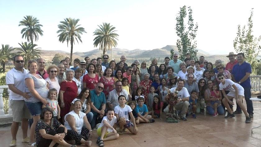 Grupo de la familia Mena, con la imagen de San Miguel, en la hacienda de Rosita Moreno, el pasado sábado, en el Pilar de Overa.