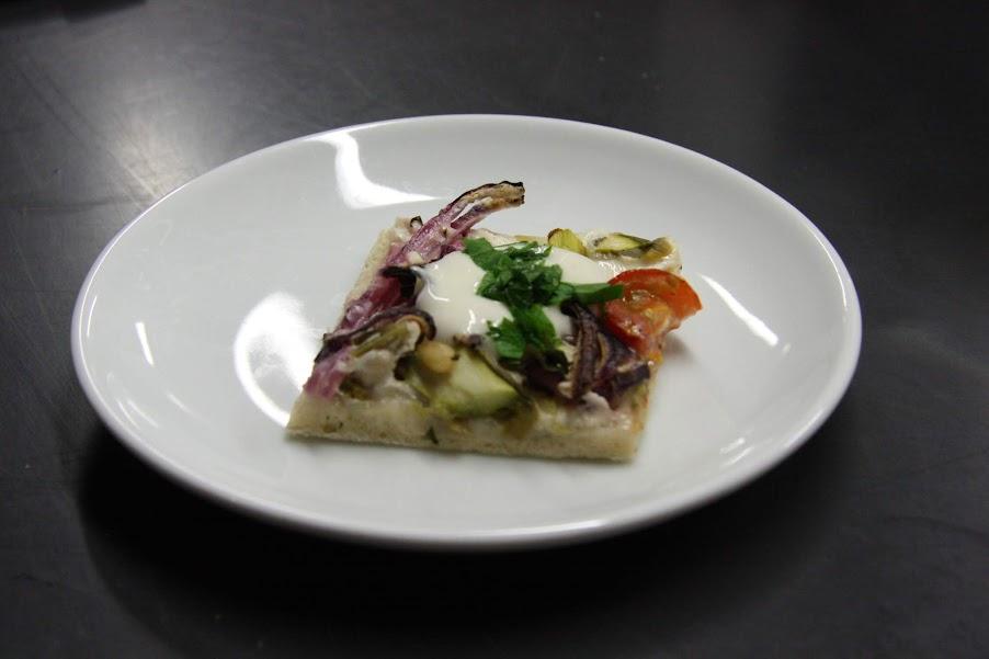 Grüner-Spargel-Pizza mit Pinienkernen und Schmand mit Monin Fruchtpüree