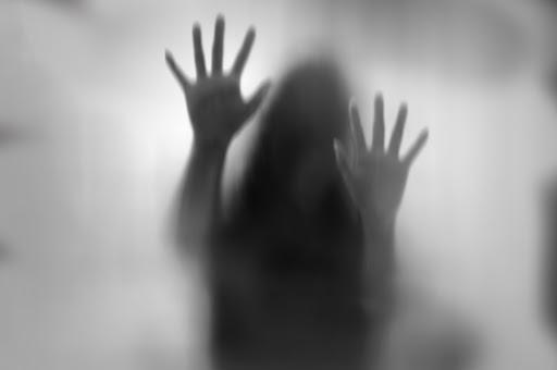 Silueta mujer fantasma mostrando sus manos