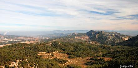 Photo: Serra de Cavalls i a l'esquerra senyals de la central nuclear d'Ascó.