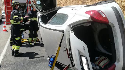 Queda atrapado en su vehículo tras volcar en la carretera de El Cañarete