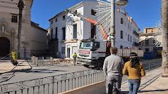 Demolición de la Casa de Adolfo Juan, ayer en Albox. Foto: Pedro Soler.