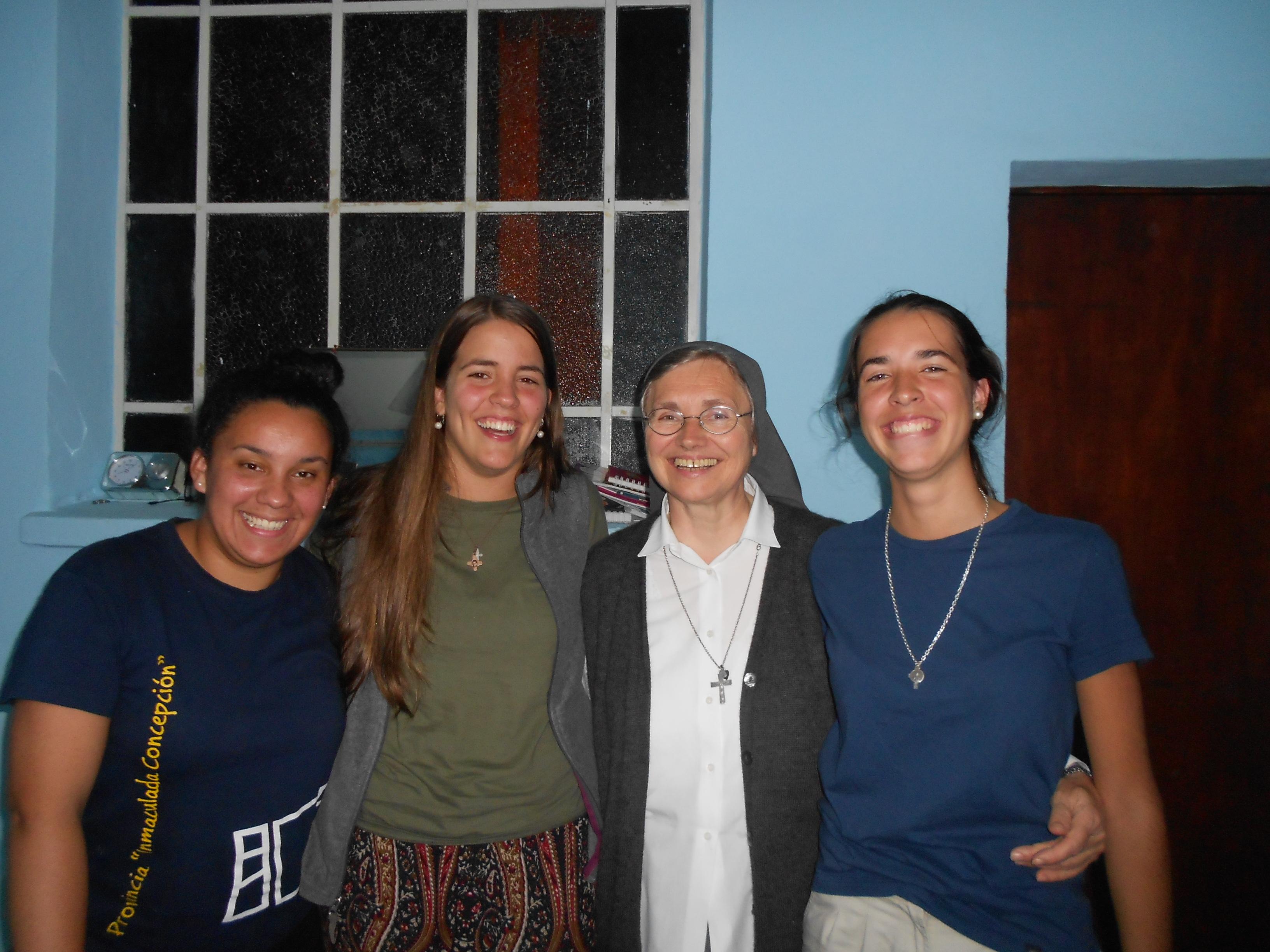 Photo: Sor Mira con las jóvenes voluntarias de San Lorenzo: Nancy, Pilar y Maite.