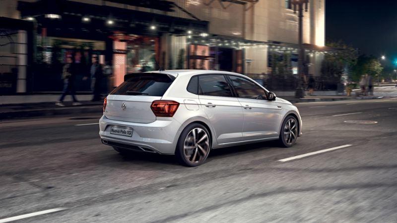 Vista posteriore di Nuova Polo TGI City car a metano in città - Volkswagen