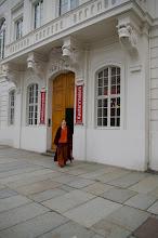 Photo: Malerin Doreen Wolff vor dem Fischrestaurant Kastenmeiers (www.kastenmeiers.de) im Kurländer Palais (www.kurlaender-palais.com)