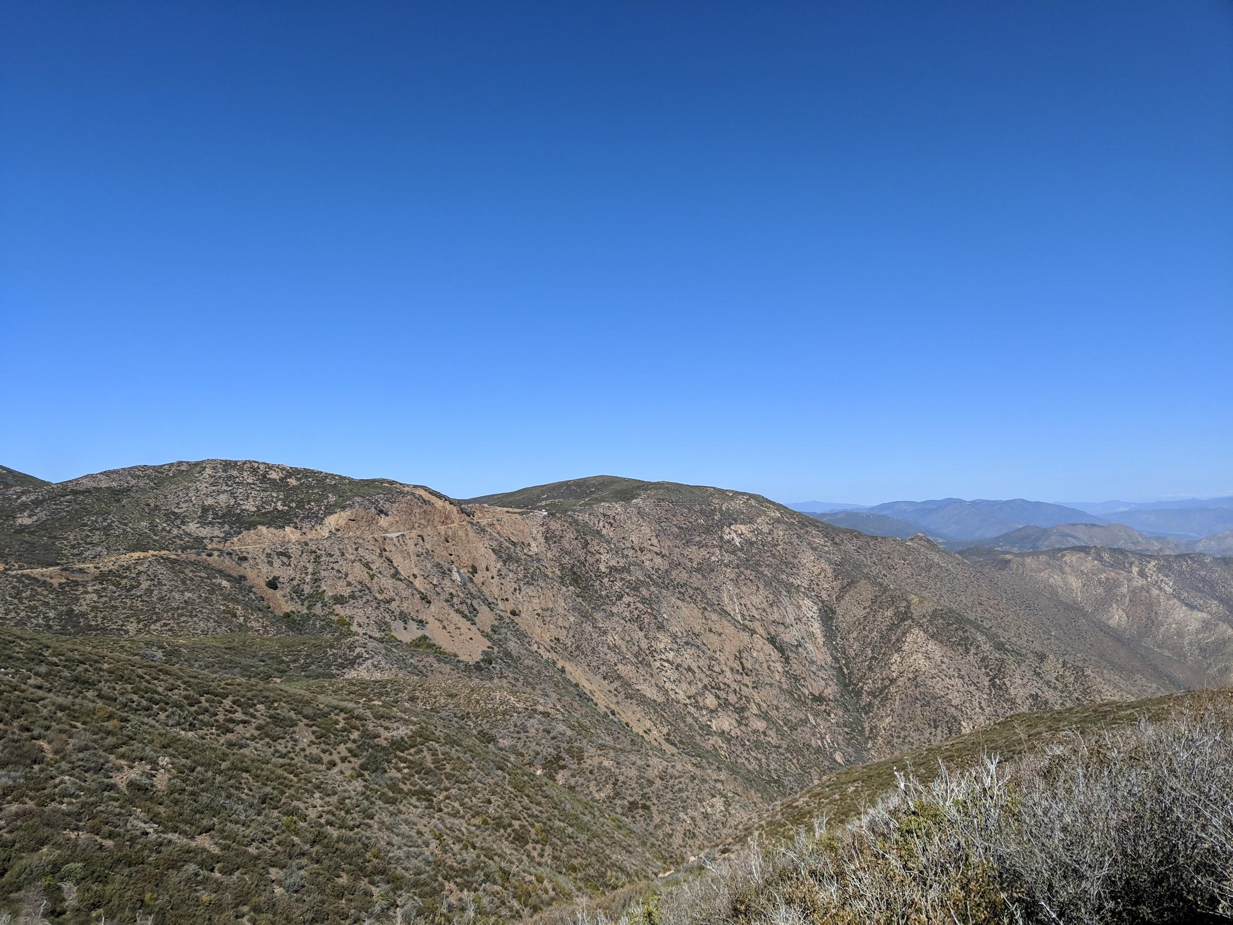 La fine ligne sur la montagne au loins est le lieu de la prochaine photo • The fine line on the far mountain is where the next photo was taken